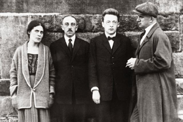 Лиля Юрьевна Брик (урождённая Лиля Уриевна Каган 1891-1978), Осип Брик, сотрудник советского посольства и Владимир Владимирович Маяковский (1893-1930) в Париже в 1923 году.