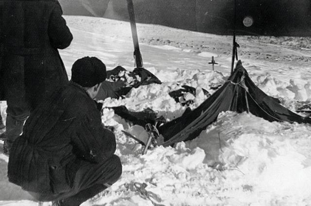Палатка группы Дятлова, частично раскопанная от снега.