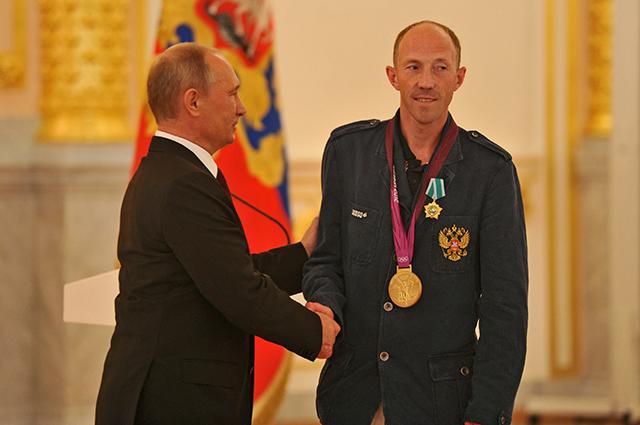 Владимир Путин поздравляет олимпийского призёра Сергея Кирдяпкина в Кремле.