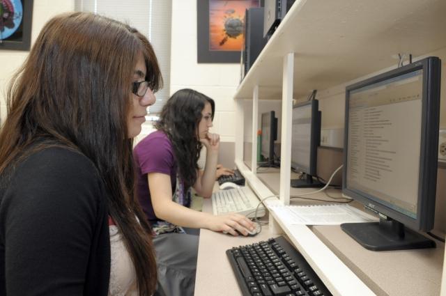 Большинство студентов очных курсов пишут свои работы сами, но бывают и исключения.