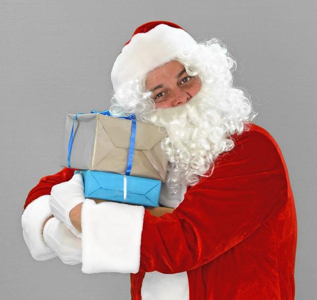 Добрый волшебник дарит подарки и водит хороводы вместе с детьми.