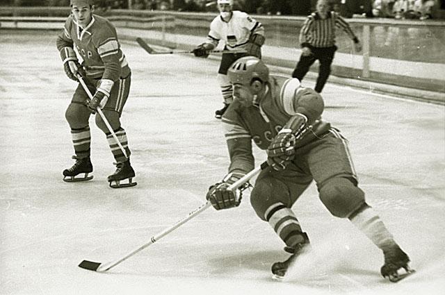 X зимние Олимпийские игры в Гренобле. На переднем плане Анатолий Фирсов, признанный лучшим форвардом Олимпиады. Он забросил 12 шайб и 4 заброшены с его передачи, 1968 год