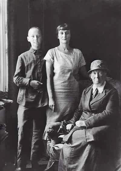 Лев Гумилёв с матерью Анной Ахматовой и бабушкой А. И. Гумилёвой. Середина 1920-х гг.