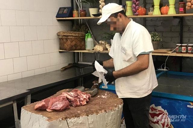 И разделывать мясо, и рассчитывать покупателя в одних перчатках нельзя!