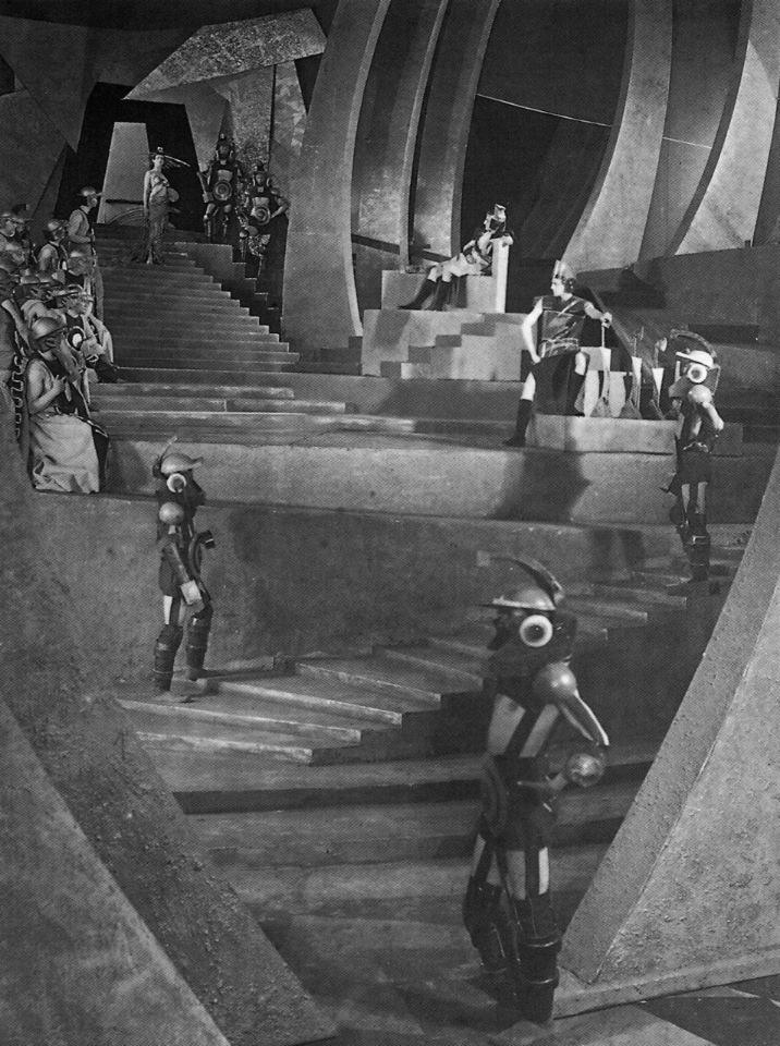 Марсианские декорации были выполнены Виктором Симовым в духе конструктивизма.