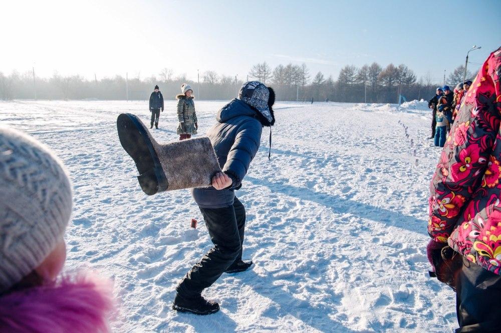 Метание валенка - одна из необычных забав во время Дня снега.