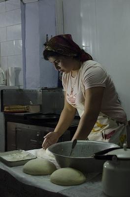 Женщины пекли пироги.