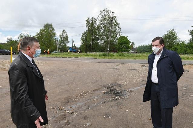Глава района Александр Голуб (слева) и губернатор Алексей Островский (справа) обсуждают ремонт дороги в Починке. Стратегическая задача - разгрузить ул. Некрасова, перенаправив транспортный поток из Ельни и Глинки.