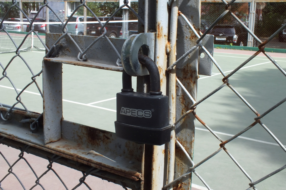 Большинство мест для занятия спортом закрыты.