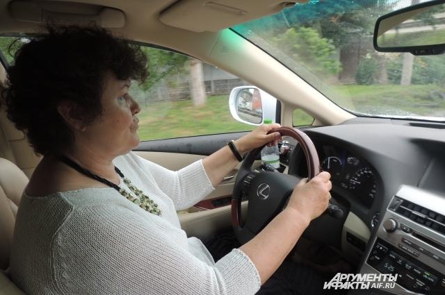 Светлана уезжает на своей машине по делам в город