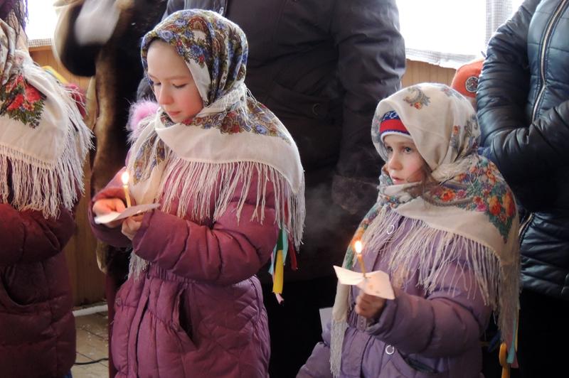 Рождественские песни поют со свечами
