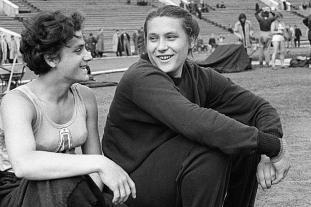 Советские спортсменки сёстры Тамара и Ирина Пресс. 1960 г