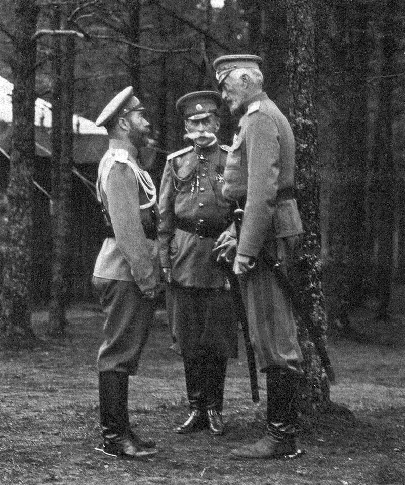 Великий князь Николай Николаевич (справа), Император Николай Второй (слева), министр императорского двора граф В. Б. Фредерикс (в центре) в Ставке. Сентябрь 1914 года