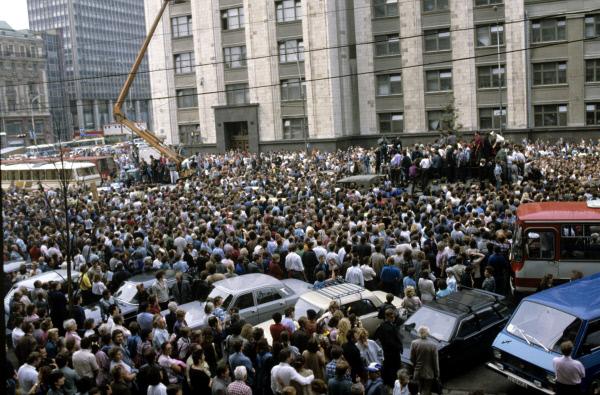 Митинг на улице Охотный Ряд. Введено чрезвычайное положение, в столицу введены воинские подразделения