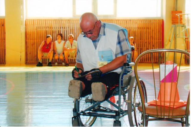 Мужчина до сих пор является судьей на соревнованиях по байдарочному спорту.