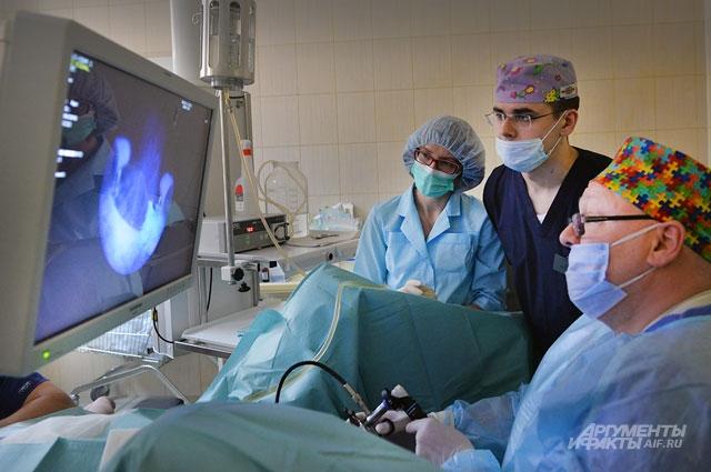 Профессор А. Мартов проводит малоинвазивную операцию.