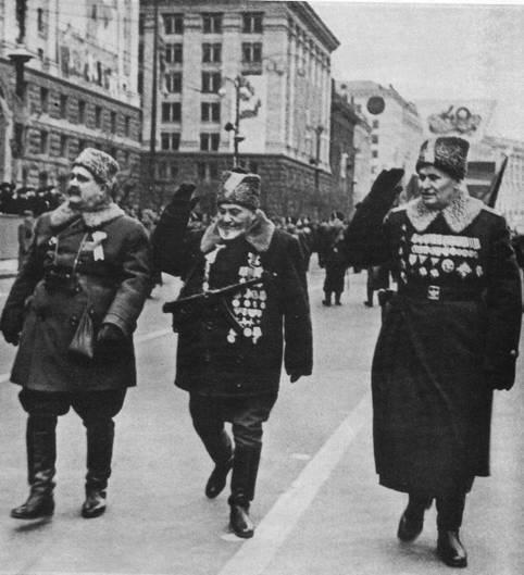 На параде в честь сорокалетия Советской Украины колонну бывших партизан возглавляют легендарные командиры А. Ф. Фёдоров, С. А. Ковпак, Т. А. Строкач.