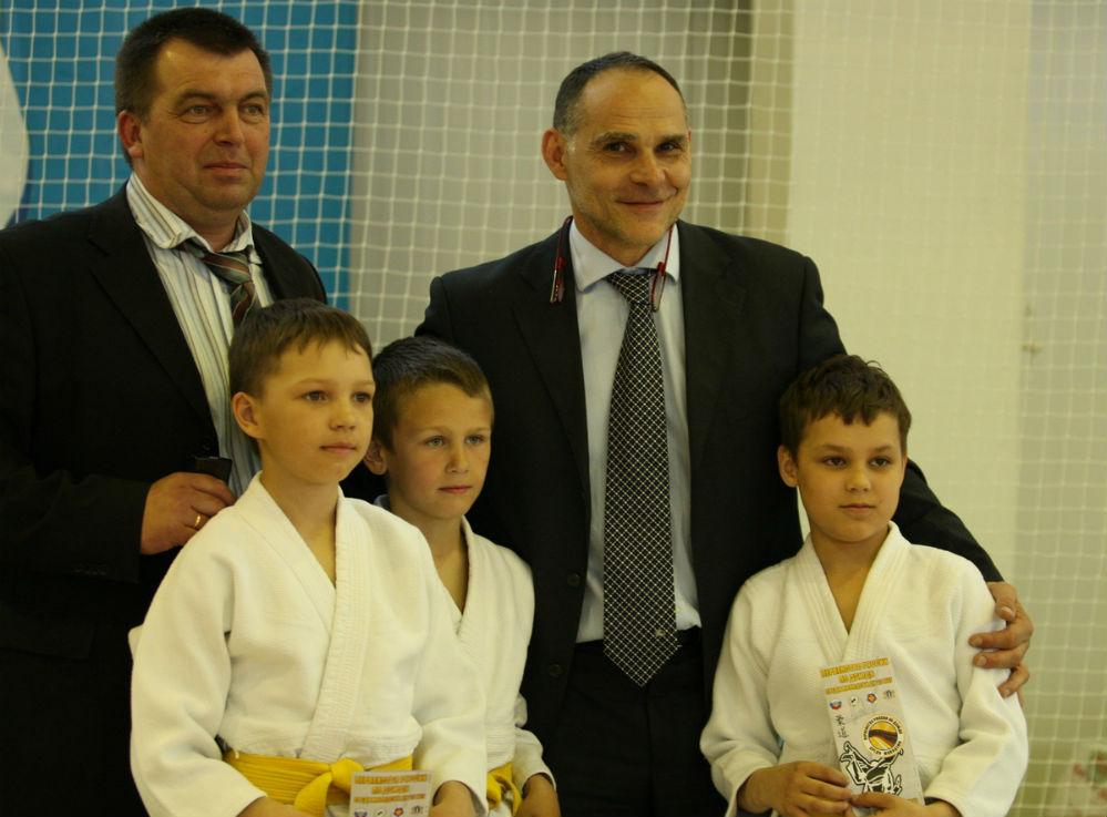 Олег Калмыков (слева) с олимпийским чемпионом Эцио Гамба и будущим спорта.