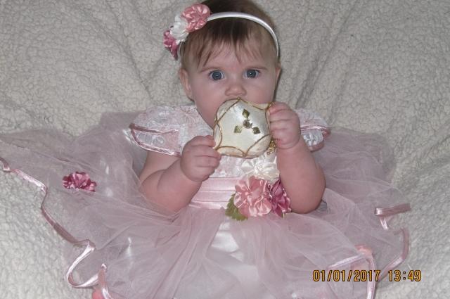 Девочку наряжают как принцессу.