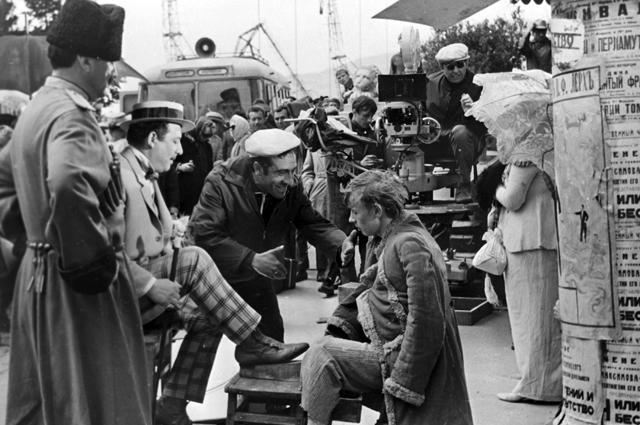 Режиссер Эдмон Кеосаян, актеры Борис Сичкин и Виктро Косых на съемках фильма «Новые приключения неуловимых». 1968 год.