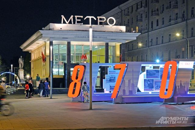 После сноса «самостроя» павильон метро «Чистые пруды» образца 1935 г. приобрёл первозданный вид.