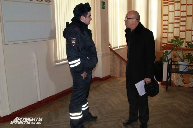 Вызванный кем-то полицейский не рискнул выгонять из техникума уволенного профессора.