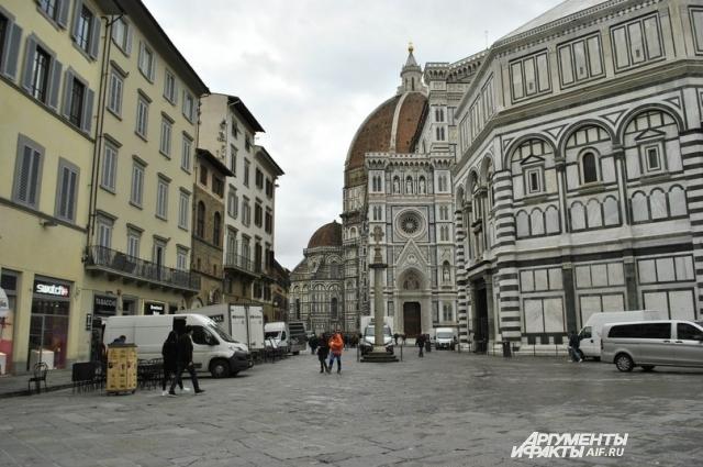 А вот и он величественный, неповторимый, невероятный, блистательный и так далее, главный флорентийский собор — Санта-Мария-Дель-Фьоре. Справа на фото восьмиугольное здание баптистерия Сан-Джованни.