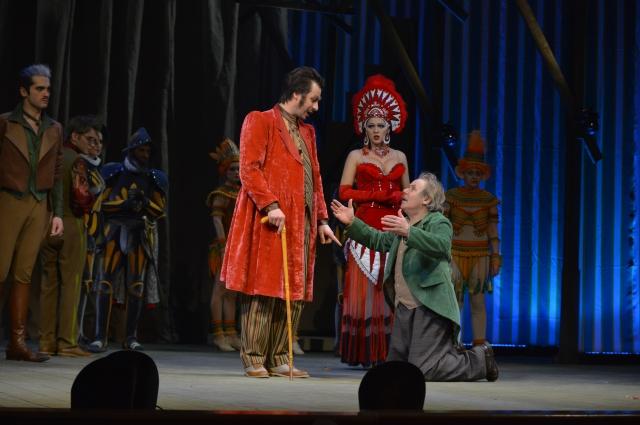 Синичкин готов пойти на всё, чтобы пристроить свою дочь в театр.