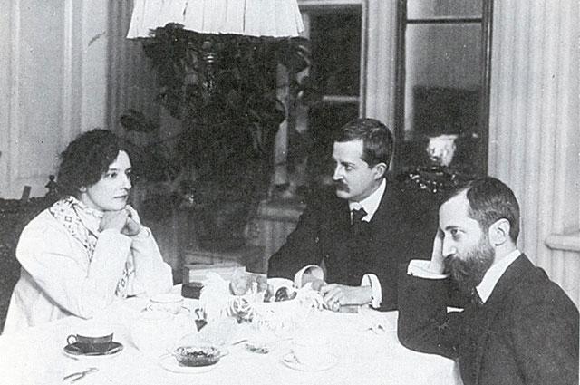 Зинаида Гиппиус в домашней обстановке с Д. Философовым и Д. Мережковским. 1914 г.