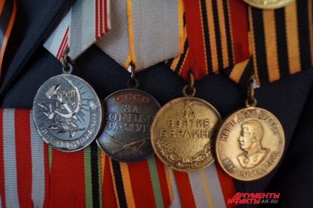 Все медали и ордена участник Отечественной войны очищает каждый год перед 9 Мая