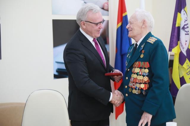 Губернатор вручил ветерану медаль.