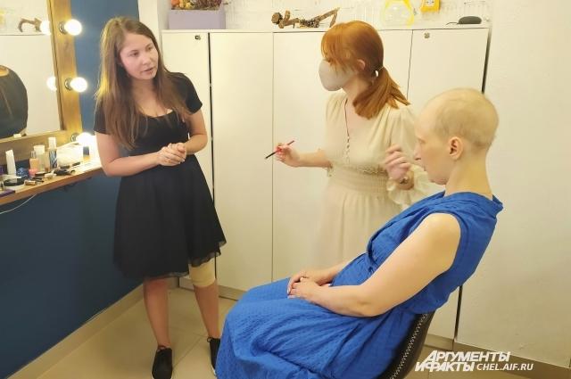 Светлана пришла в студию в парике, но сняла его перед макияжем.