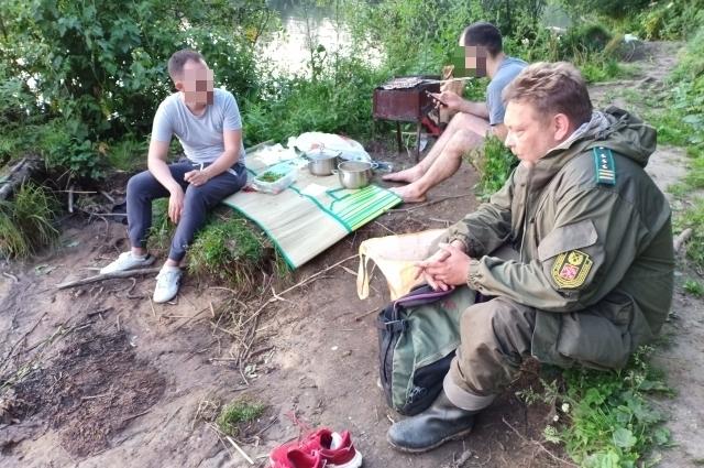 Инспекторы нарушили веселье на берегу реки Глухарки.