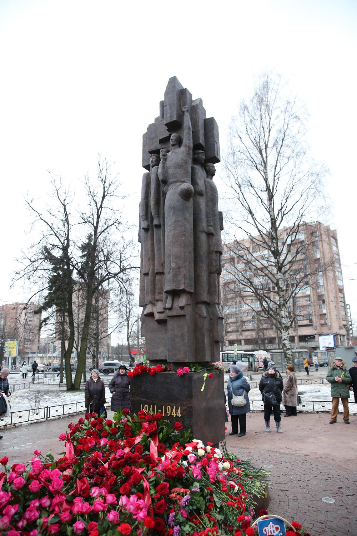 Памятник «Мужеству ленинградцев» в сквере Блокадников, пл. Мужества, Санкт-Петербург.