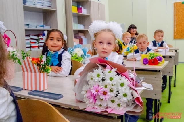 Первоклассники знакомятся с учителем и школой на 1 сентября.