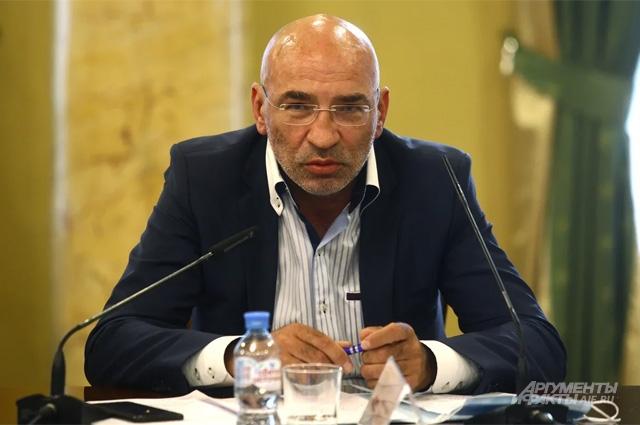 доцент, преподаватель департамента политологии и массовых коммуникаций Финансового университета Леонид Крутаков.