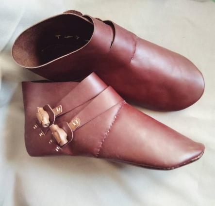Всю обувь оренбурженка шьет только индивидуально для каждого заказчика, «свободных» ботинок у нее не бывает.