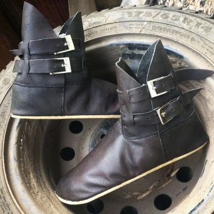 В портфолио Ольги есть новгородские полусапожки X века, новгородские высокие сапоги, ботинки из Йорка с застежками и полуботинки из Хэдебю.