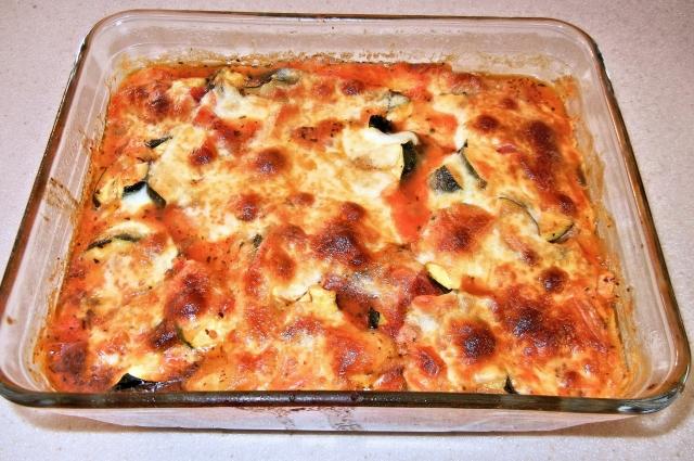 Кабачки с фаршем, сыром и помидорами в духовке.