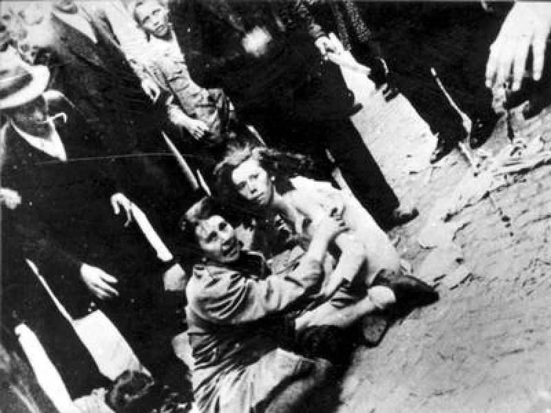 Львов, Украина, июль 1941. Еврейские женщина и девочка подвергаются издевательствам со стороны украинских погромщиков
