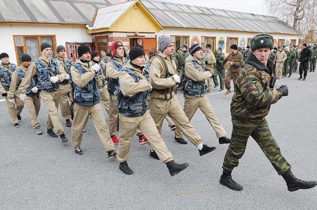 После прохождения службы солдат может либо продолжить свою жизнь «на гражданке», либо пойти учиться в высшее военное учебное заведение.