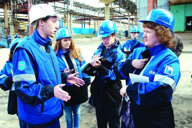 Журналисты завалили вопросами специалистов завода.