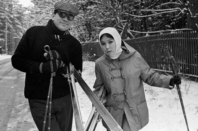 Андрей Михалков-Кончаловский с Натальей Аринбасаровой  на лыжной прогулке. 1967 год.