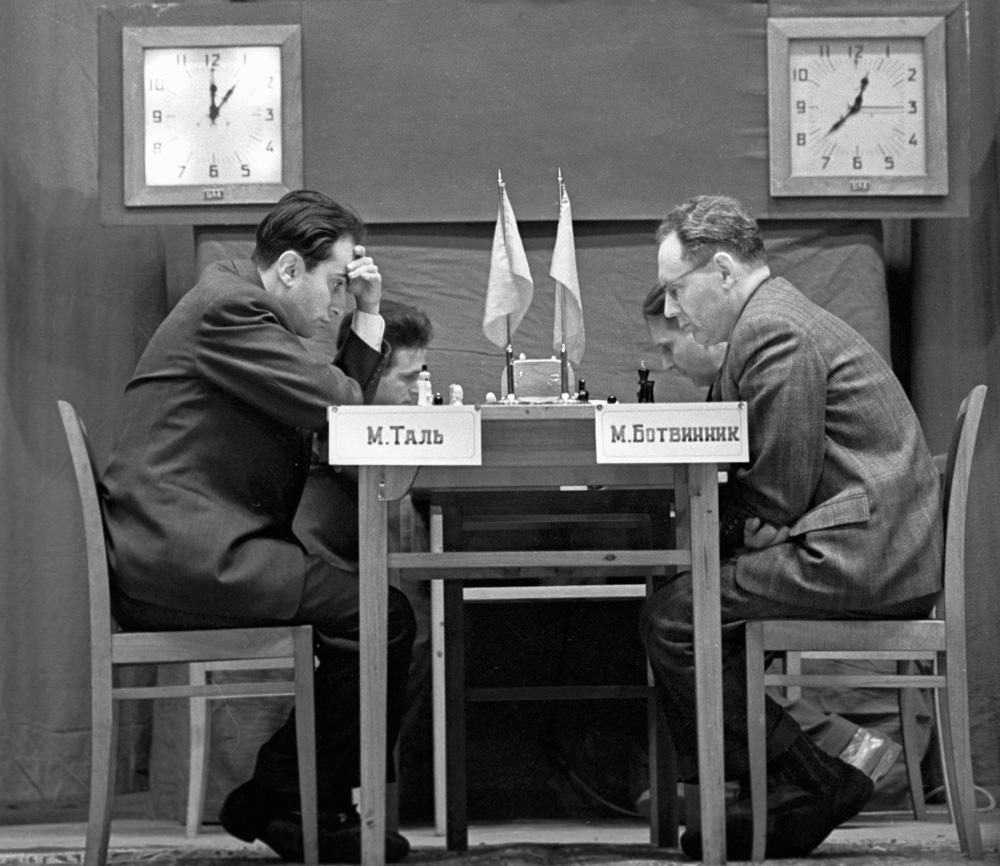 Михаил Таль (слева) и Михаил Ботвинник (справа) во время игры за звание чемпиона мира по шахматам, 1960 г.