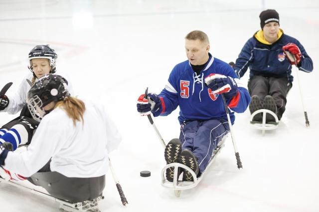 Этот паралимпийский вид спорта еще называют хоккей на санях.