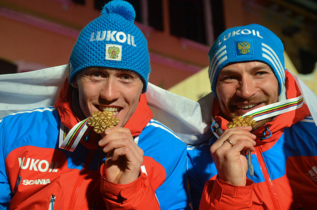 Россияне Никита Крюков и Алексей Петухов, завоевавшие золотые медали в мужском командном спринте свободным стилем во время чемпионата мира по лыжным видам спорта в Кавалезе. 2013 год