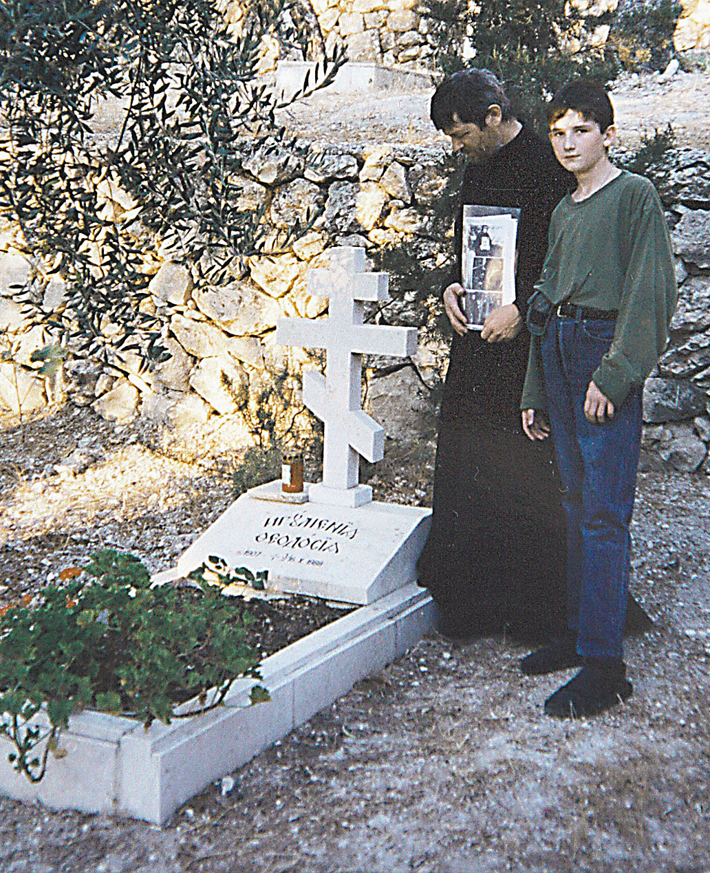 У могилы матушки Феодосии всегда есть люди
