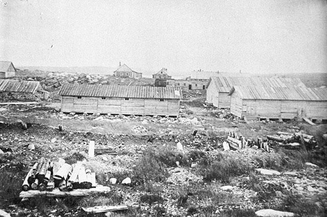 Бараки Йоканьгской каторжной тюрьмы. Пенитенциарное учреждение для политических заключённых, созданное интервентами и существовавшее с сентября 1919 года по февраль 1920 года.