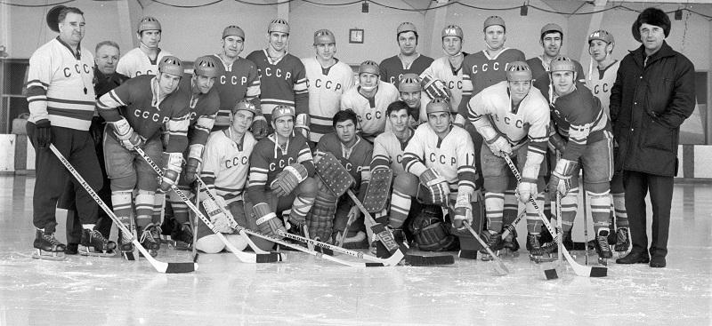 Сборная команда СССР по хоккею 1971 года. Слева - Анатолий Тарасов, справа - Аркадий Чернышёв.