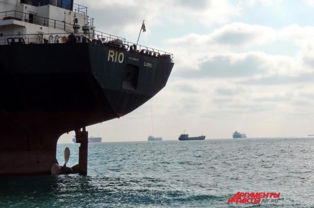 Судно выбросило на берег, когда оно ждало захода в порт Новороссийска.